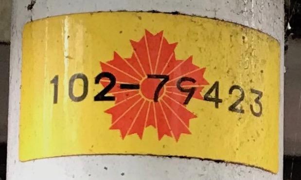 標識に貼られた番号