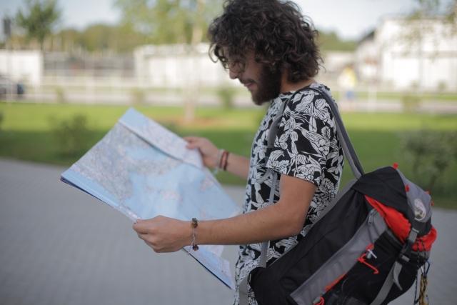 地図を見る男性