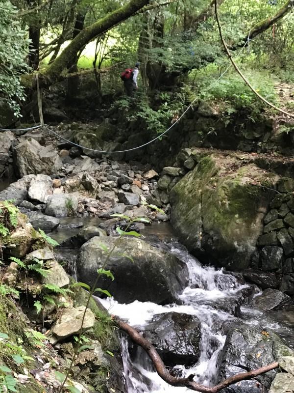 七重の滝への道のりロープを使う