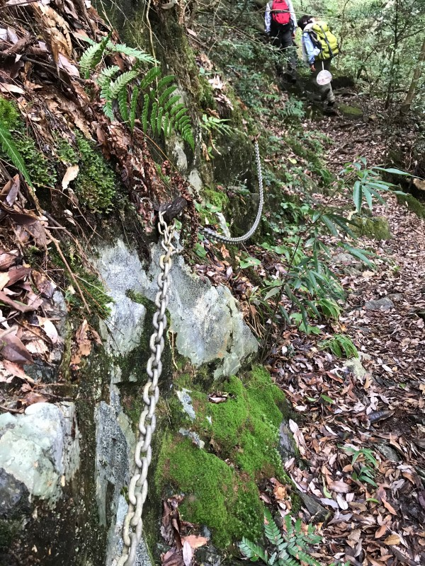 七重の滝への道のり鎖を使う